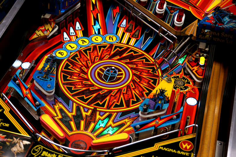 black-knight-2000-pinball-machine-flippers.jpg