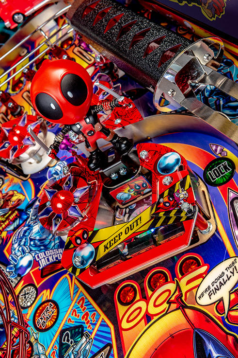 Deadpool LE Pinball Machine - Deadpool Bobblehead